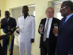 Le Maire, Le Préfet, l'Ambassadeur et le Député dégustent une coupe de champagne.